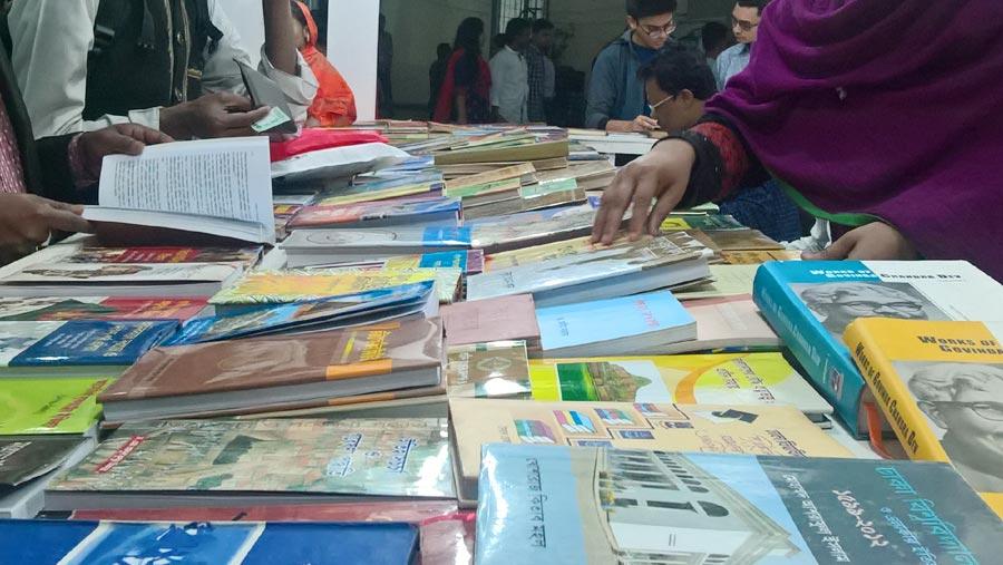 বাংলা একাডেমিতে ৫০ ভাগ কমিশনে বই