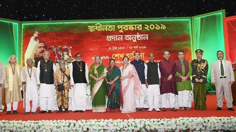 স্বাধীনতা পুরস্কার ২০১৯ হস্তান্তর করলেন প্রধানমন্ত্রী