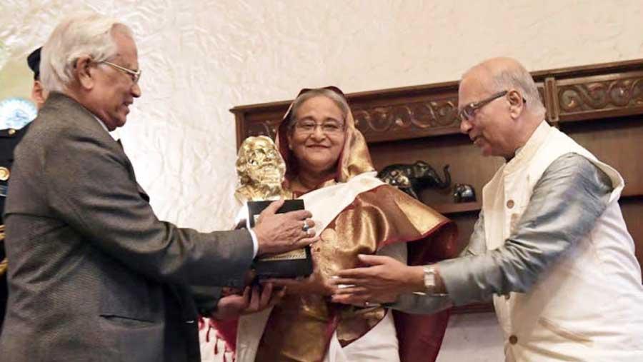 'ঠাকুর শান্তি পুরস্কার' গ্রহণ করলেন প্রধানমন্ত্রী শেখ হাসিনা