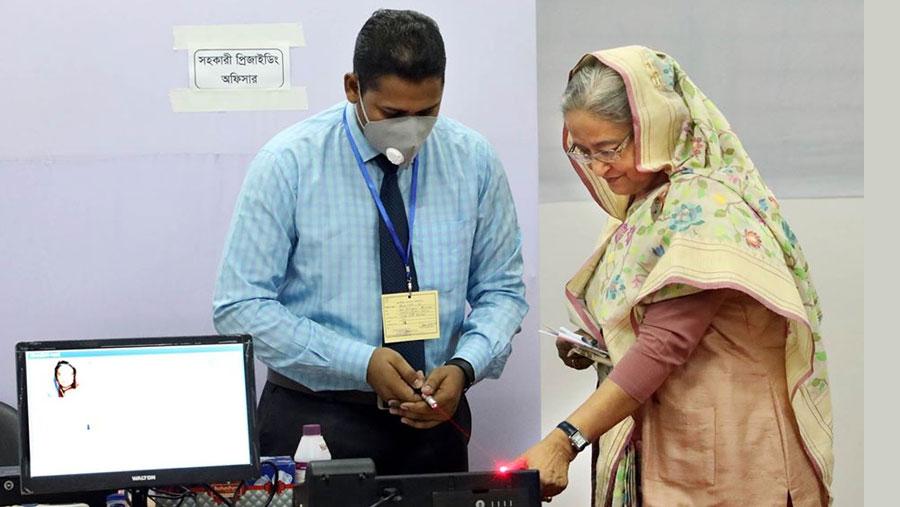 জাতীয় সংসদ উপ-নির্বাচন: সিটি কলেজ কেন্দ্রে ভোট দিলেন প্রধানমন্ত্রী