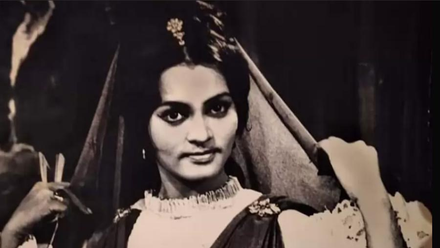 নীরবেই চলে গেলেন অভিনেত্রী আজমেরি জামান